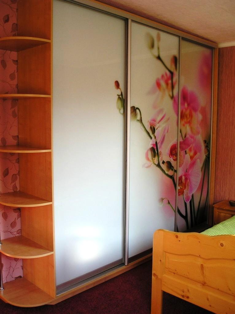 шкаф-купе для спальной комнаты - Спальня – это то место, где мы проводим очень много времени в нашей жизни. Здесь мы отдыхаем душой и телом, набираемся сил. И вполне естественно, что нам хочется, чтобы эта комната выглядела уютной, просторной и не загроможденной. Но что же делать с множеством вещей, которые нужно где-то хранить? Ведь чаще всего, многие вещи, например, постельные принадлежности, покрывала, и др. хранятся в спальне. Для этого наша компания изготавливает шкафы для спальни. Шкаф – купе в спальню   А как же уют и комфорт? Для этих целей  можно использовать шкаф – купе,  в спальне он будет как нельзя кстати. Это прекрасное решение для тех, кто не имеет возможности обзавестись отдельной гардеробной комнатой. Шкаф купе в спальне очень вместительный и имеет эстетичный внешний вид.  Сейчас существует большой выбор шкафов–купе в спальню. Это отличное решение, если вы хотите максимально сэкономить пространство и в то же время поддерживать порядок. Внешне шкаф смотрится, как обычная стена. Его лицевая сторона будет снабжена зеркалами, то они будут визуально увеличивать пространство в вашей спальной комнате. Кроме того, исчезнет необходимость в установке дополнительного зеркала в спальне.  Шкаф для спальни: преимущества выбора именно шкафа купе  Главное достоинство такого шкафа купе в спальне – вместительность. Достаточно лишь заглянуть внутрь такого шкафа, как станет сразу понятно, что теперь постельные принадлежности, верхняя одежда, брюки, юбки, нижнее белье, колготки найдут здесь свое место.. Ведь в шкафу – купе есть возможность повесить вещи разной длины, а также разместить их на многочисленных полках. Некоторые отдают предпочтение при выборе шкафа – купе в спальню угловым моделям. И это не удивительно. Угловые шкафы тоже занимают весьма немного места, экономят свободное пространство и очень вместительны.  С появлением шкафа – купе в спальне отпадет необходимость во всевозможных комодах и их аналогах. Ведь в этом шкафу можно расположить все необходимое.  На 
