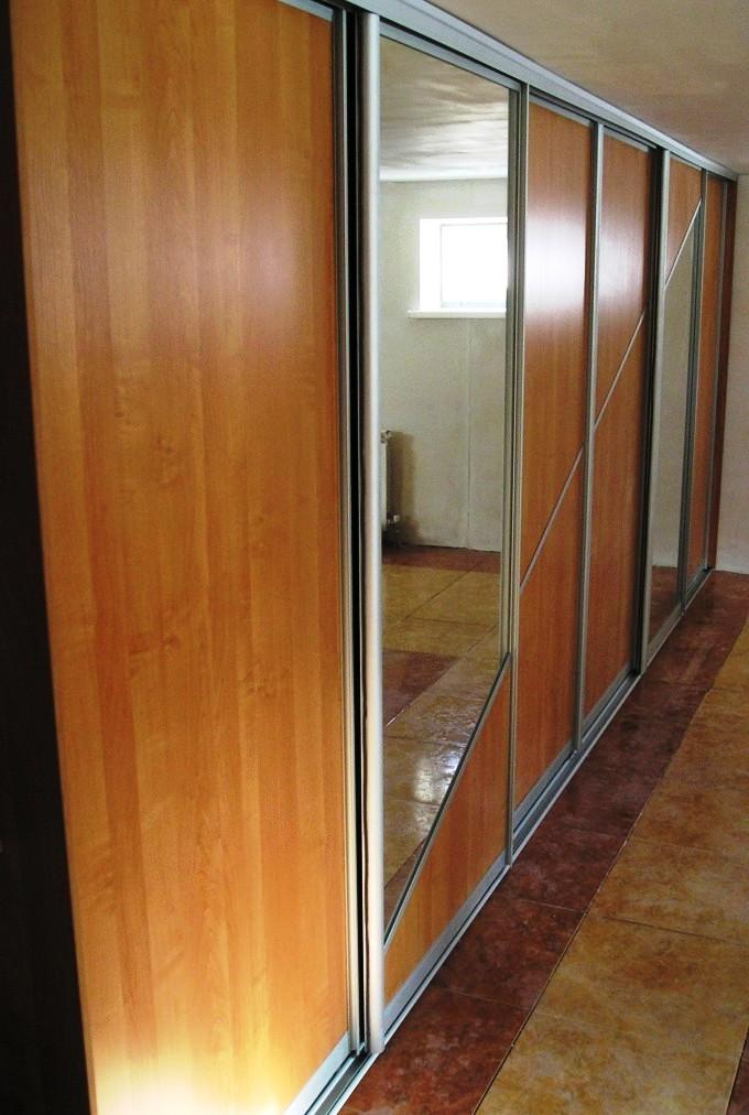 Встроенный шкаф купе в офис - Шкафы-купе в Санкт-Петербурге для офиса Шкафы-купе в последнее время становятся все более популярными, и это неудивительно. Комфорт при эксплуатации и большая вместимость — вот основные критерии, определяющие ценность этой мебели в глазах населения нашей страны. Шкафы-купе — это самый современный, удобный и практичный предмет интерьера офиса. Его удобство заключается в превосходной компактности - он не займет много места в вашей квартире, но при этом шкаф-купе имеет множество секций, так что все вещи найдут свое место. Наиболее оптимально купить шкаф-купе на заказ, поскольку в этом случае он сможет превосходно влиться в интерьер любой комнаты или кабинета офиса, будь то гардеробная, гостиная, спальня или детская комната. В нашем каталоге Вы найдете предложения о продаже шкафов-купе в Санкт-Петербурге для офиса и квартиры от лучшего мебельного производства компании Арт Дизайн, сможете сравнить цены на шкафы-купе для офиса и ознакомиться с отзывами покупателей. Виды шкафов-купе Шкафы-купе для офиса по своим конструктивным особенностям делятся на встроенные и корпусные. Встроенные шкафы-купе для офиса могут быть установлены в нишу или кладовку, так как их конструкция не имеет боковых и задней стенок, а только необходимые модули, полки, выдвижные ящики, фурнитуру и двери типа купе. Корпусные шкафы-купе для офиса — это полностью укомплектованная мебель, которая служит самостоятельным предметом интерьера и может быть установлена в любом месте вашего офиса или компании. У вас есть выбор: купить готовый вариант или заказать индивидуальный дизайн шкафа-купе для офиса. Практически все мебельные компании изготавливают мебель на заказ, в соответствии с вашими пожеланиями, а также учитывая индивидуальные размеры помещения офиса. Очень важно, чтобы при изготовлении шкафов-купе для офиса использовались качественные материалы и фурнитура, в противном случае вы недолго будете радоваться покупке. Шкафы-купе для офиса доставляются в разобранном виде и соб